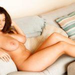 Tetona desnuda en Sofa