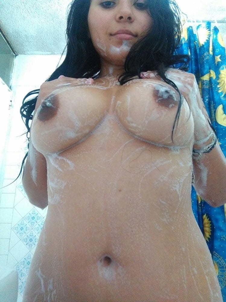 Amiga bañandose