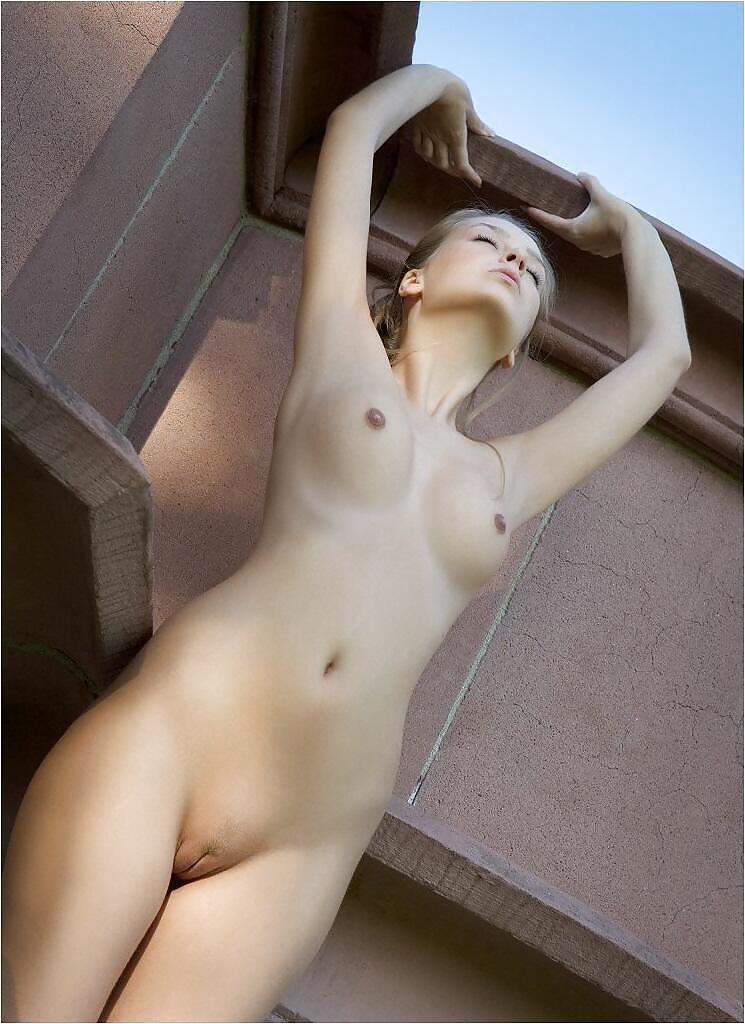 foto de joven desnuda en el jardin