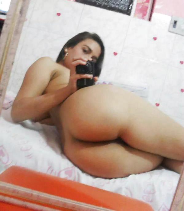 Veneca Traviesa se toma fotos para el novio con su mejor amiga Desnudas.