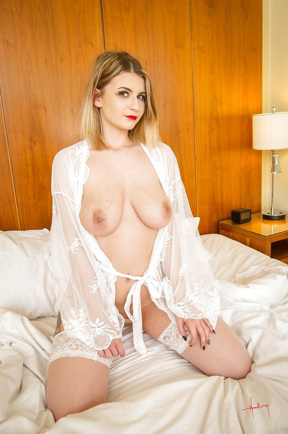 rubia sexy en la cama desnuda esperando por sexo