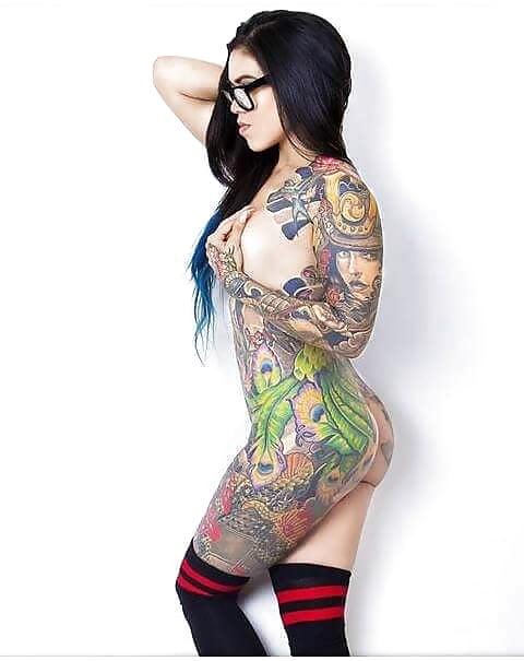 chicas tatuadas con lentes